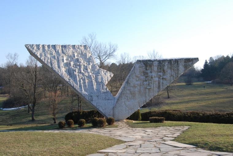 Interrupted flight är ett monument i minnesparken över Kragujevac massakern 1941. Då dödades tusentals civila av tyska soldater.
